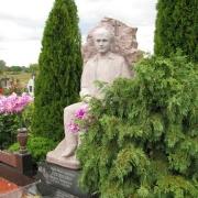 Скульптура из камня фото после установки на кладбище. Размер скульптуры из камня, по проекту памятника. Цена скульптуры из камня - доступна.