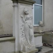 На фото изготовление фигуры в полный рост из камня: качественная скульптура. Фигура класса VIP после изготовления в цеху. Продажа скульптуры для памятников; доступная цена производителя в Киеве.