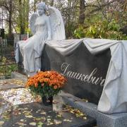 На фото изготовление элитарной скульптуры из гранита. Фигура женщины из гранита на могиле. Доступная цена элитарной скульптуры из гранита в Киеве.