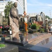На фото фигура из бронзы на кладбище. Изготовление скульптуры из бронзы в Киеве. Цена бронзовой скульптуры - доступная.