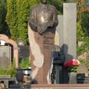 Фото установленной фигуры из бронзы на кладбище. Качественные скульптуры из бронзы в Киеве. Цена скульптуры из бронзы, согласно 3д проекта памятника.