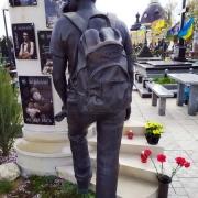 Высота скульптуры из бронзы - 2 м. Стоимость скульптуры из бронзы - по проекту памятника.
