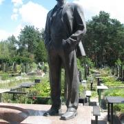 Фото установленной фигуры из бронзы. Бронзовая фигура в полный рост. Бронзовая фигура под заказ в Киеве; цена бронзовой скульптуры - доступна.