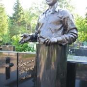 Фото скульптуры из бронзы. Бронзовая фигура на колонне фото после установки. Заказать скульптуру из бронзы в Киеве, можно с нашего сайта, прямо сейчас.