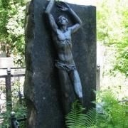 Фото фигуры из бронзы. Бронзовая фигура на кладбище фото установленного памятника. Цена бронзовой скульптуры для памятника, согласно 3д проекта скульптуры.