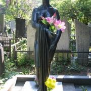 На фото установленная статуя из бронзы. Фигура из бронзы в полный рост. Фотография бронзовой статуи на кладбище. Цена скульптуры из бронзы - согласно 3д проекта памятника.