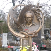 На фото изготовление скульптуры из бронзы в Киеве. Бронзовая скульптура выдающемуся человеку фото на кладбище. Стоимость скульптуры из бронзы, по 3д проекту памятника.