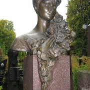 Фото скульптуры из бронзы. Бронзовый бюст на колонне установленный на кладбище в Киеве. Изготовить скульптуру из бронзы под заказ в Киеве, можно в цеху ЧП Прядко.