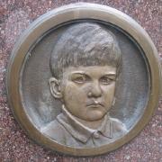 Детский барельеф из бронзы на памятнике. Изготовление барельефов из бронзы детям. Бронзовые барельефы под заказ в Киеве по доступной цене.