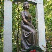 Фото фигуры из бронзы в ритуальном комплексе. Установленная статуя из бронзы фото. Качественное литьё из бронзы под заказ в Киеве.