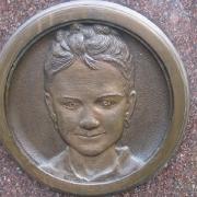На фото барельеф девочке на памятник. Изготовление барельефов детям на памятники. Цена детского барельефа из бронзы для памятника, в соответствии с проектом ритуального комплекса.