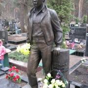 Бронзовая фигура юноши фото после установки памятника. Изготовление бронзовой скульптуры в Киеве. Доступная цена скульптуры из бронзы сегодня.