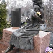 Бронзовая фигура в полный рост. Фото скульптуры из бронзы матери с ребёнком. Цена бронзовой скульптуры, доступная согласно 3д проекта ритуального комплекса.