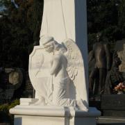 Скульптура ВИП класса из мрамора фото на кладбище в Киеве. Изготовление статуй в Киеве, доставка и установка по Украине. Цены на скульптуру ВИП доступные.