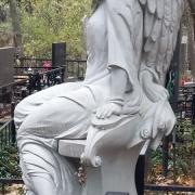 Статуя ангела из мрамора в элитном комплексе; фото на городском кладбище Берковцы в Киеве. Изготовление статуй из белого мрамора, доставка и установка по всей Украине сегодня. Цена статуи, согласно условий проекта и договора.