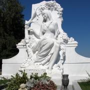 Изготовление VIP скульптуры из мрамора в Киеве сегодня. Монументальный комплекс из белого мрамора со скульптурой девушки; фото после установки на кладбище Берковцы. Цена скульптуры, согласно условий договора.