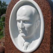 Изготовление скульптуры из белого мрамора с портретным сходством; мраморный барельеф на памятнике - изготовление в Киеве мраморных барельефов VIP класса с гарантией 10 лет.