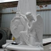 На фото перевод модели ангела в мрамор. Создание ВИП скульптуры из белого мрамора в Киеве. На фото вырубка фигуры ангела в мраморе.