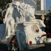 Фото скульптуры льва на кладбище. Размер мраморной скульптуры: 2200 х 1600 х 1850 мм. Цена мраморной скульптуры - согласно утверждённого ВИП проекта памятника.