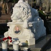 Фото установленной скульптуры льва на кладбище в Киеве. Размер скульптуры льва: 2200 х 1600 х 1850 мм. Стоимость мраморной скульптуры, доступна.