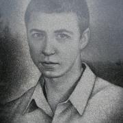Портрет юноши на памятнике. Оформление памятников профессиональными художниками с гарантией 10 лет.