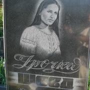 Портрет девушки на памятнике. Портрет ручного боя, срок изготовления 5 дней. Цена портрета для памятника 900 грн.