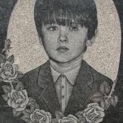 Портрет мальчика на памятнике. Изготовление портретов на камне профессионалами, за 5 дней. Цена ритуального портрета ручной работы 800 грн.