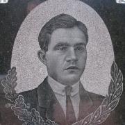 Портрет сына на памятнике. Изготовление портретов ручной работы в Киеве. Заказ портрета в офисе ЧП Прядко.
