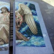 Изображение Ангела в ритуальной авторской мозаике. Изготовление изображений на мозаике для памятника, заказ ритуальных панно их мозаики в Киеве; фото ангела на памятнике