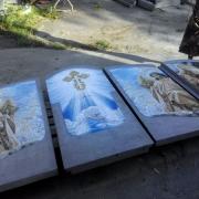 На фото, сухая сборка мозаичного панно на кладбище перед его установкой. Укладка ритуальной мозаики, подгонка деталей памятника на месте установки памятника