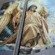 Изображение Святых в авторской мозаике; фото Ангела на кладбище перед установкой памятника. Уникальное мозаичное панно с ангелами; заказ панно из мозаики на памятник в Киеве