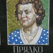 Мозаичный портрет женщины на памятнике. Производство портретов из мозаики в Киеве. Уникальные портреты из мозаики на памятник.