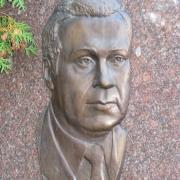 Бронзовый портрет на памятнике. Размеры мужского портрета в бронзе: 29 х 43 см. Цена портрета для памятника - по проекту.