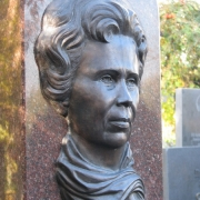 Размер женского портрета на памятнике: 32 х 48 см.. Цена портрета на памятник - доступна.