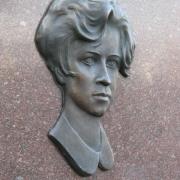 Бронзовый портрет женщины на памятнике. Размер женского портрета в бронзе: 28 х 42 см. Цена портрета на памятник - доступна.