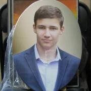 Цветной портрет юноши в овале. Фото мужского портрета сразу после изготовления. Размер цветного овала 35 х 45 см. Цена цветного портрета на камне 3,6 тыс. грн.