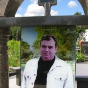 Памятник с цветным портретом в стекле. Фото памятника на кладбище со стеклопакетом после установки.  Изготовление цветных портретов в стекле с гарантией. Стоимость портрета в стекле зависит от его размера. Заказ портретов в Киеве, через ЧП Прядко.