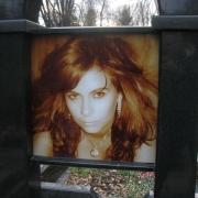 Фото в стекле для памятника; размер портрета 43 х 43 см., цена цветного портрета в стекле 4 тыс. грн. Стоимость цветного фото в стекле зависит от его размеров, конфигурации и толщины стеклопакета.