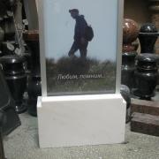 На фото обратная сторона портрета в стекле. Изготовление портретов в стекле качественно. Фото памятника с рамкой и тумбой, обратная сторона памятника с портретом в стекле. Доступная цена портрета в стекле с мраморной тумбой 10 тыс. грн.