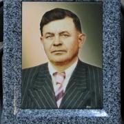 На фото цветной портрет мужчины на камне в раме. Размер портрета для памятника: 24 х 32 см. Цена цветного портрета на граните 3,6 тыс. грн., цена рамы для портрета 2 тыс. грн.