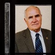На фото, цветной портрет деда на камне; вид сбоку и вид фронтальный спереди. Гарантия на цветной портрет 20 лет.