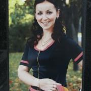 Цветной портрет девушки на памятнике. Фото женского портрета на памятнике, сразу после установки на кладбище. Заказать цветной портрет для памятника, можно в магазине Ритуальной скульптуры ЧП Прядко в Киеве.