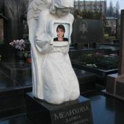 Цветной портрет девушки на камне, размер 20 х 20 см., цена портрета 3 тыс. грн., вклейка портрета в скульптуру ангела 300 грн.