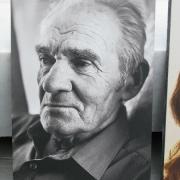 Чёрно белый портрет деда на камне, размер 40 х 60 см., цена портрета 4 тыс. грн., гарантия на портрет 20 лет.