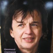 На фото, цветной портрет на памятнике; размер 40 х 60 см. Гарантия на цветные портреты 20 лет. Цена цветного портрета 4 тыс. грн. Изготовление цветного портрета в Киеве, 10 дней.