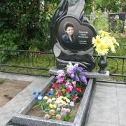 На фото, необычный цветной портрет на памятнике. Выполнен на камне габбро и врезан в скульптурный памятник Божьей Матери. Установлен на одном из кладбищ Киевской области.