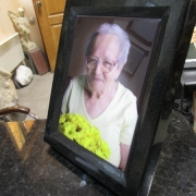 Цветное фото женщины на памятнике. Размер женского фото для памятника - 30 х 40 см. Цена женского фото с рамкой: от 5,6 тыс. грн.