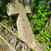 Ремонт памятников. Фото памятника на кладбище, подлежащего реставрации.