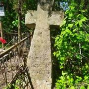 Реставрация памятников. Крест из камня на кладбище, подлежащий ремонту.