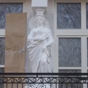 Фото скульптуры на балконе. Ремонт статуи из бетона без демонтажа. Договор на ремонт скульптуры.